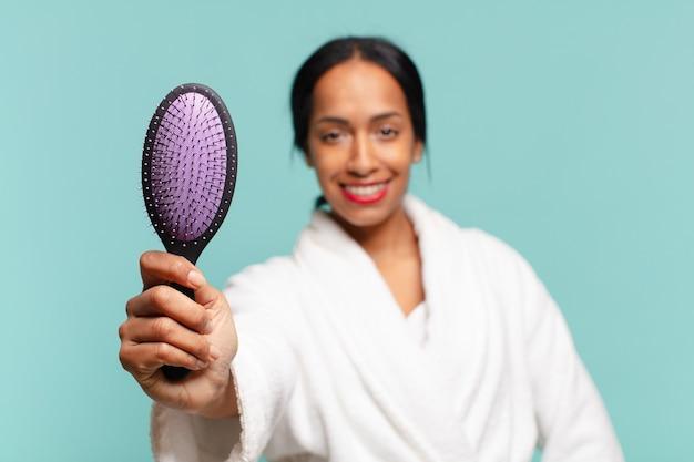 Американская хорошенькая женщина. счастливое и удивленное выражение .. концепция щетки для волос концепция щетки для волос