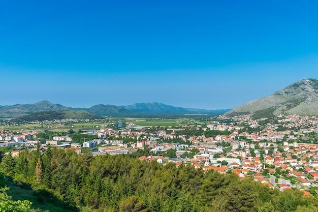 Древний город расположен в низине вдоль реки.