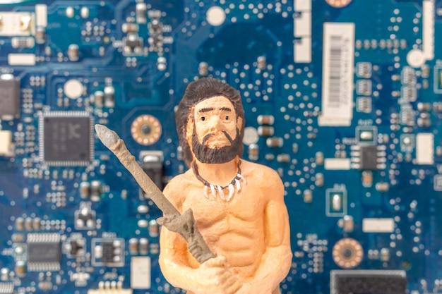 コンピューターのマザーボードの前に立っている古代人、技術コンセプト