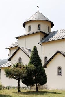 푸른 나무가 있는 고대 수도원. 측면보기. 종교