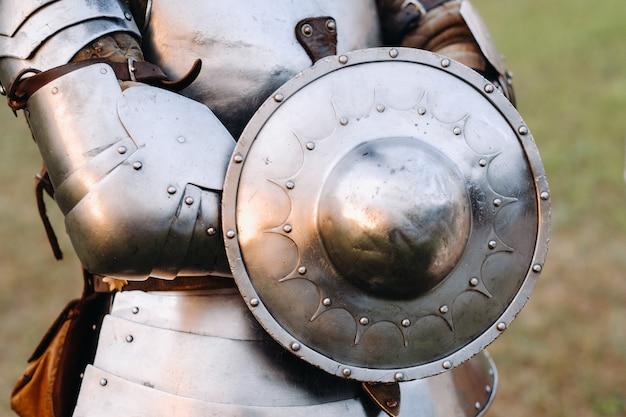 Древний щит из доспехов древнего рыцаря. средневековая концепция. металлическая текстура.