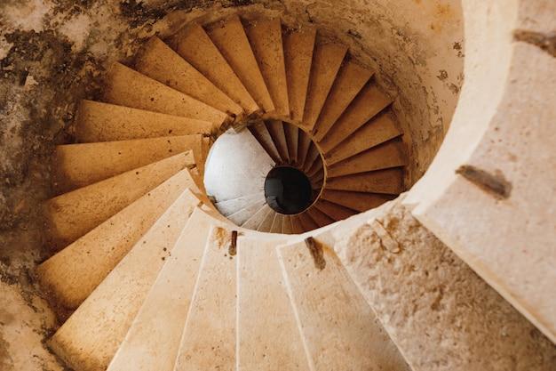 Старинная винтовая каменная лестница в форте мамула в черногории
