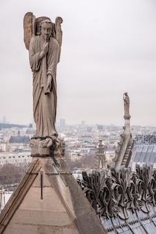 천사가 프랑스 파리 노트르담 대성당에서 경적을 연주하고 있습니다.