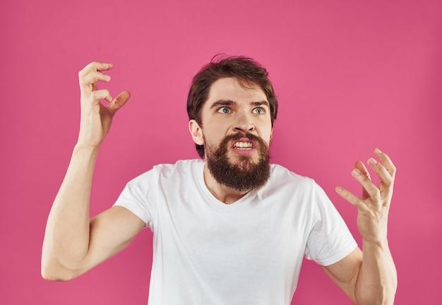 ふさふさしたあごひげを生やした怒っている男は、孤立した彼の歯をむき出しにした