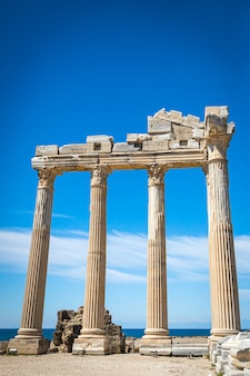 고대의 폐허가 된 기둥의 도시입니다. 측면, 터키에서 고 대 도시의 전망.