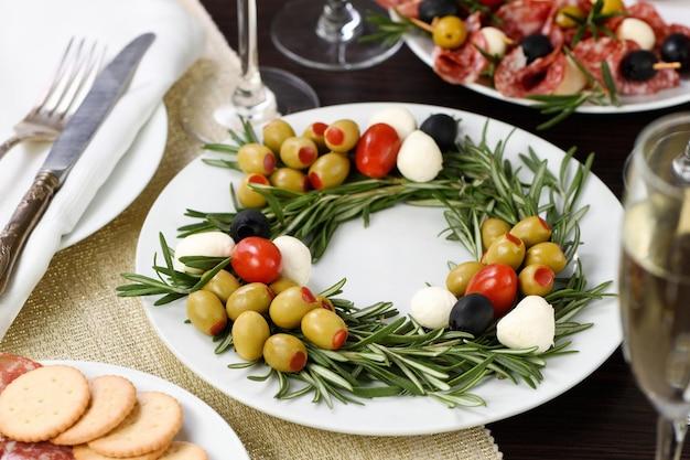 Закуска из розмарина, фаршированного оливками, с молодой моцареллой и помидорами черри