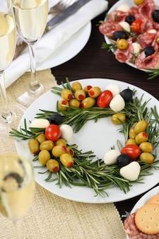 オリーブとベビーモッツァレラチーズとチェリートマトを詰めたローズマリーの前菜