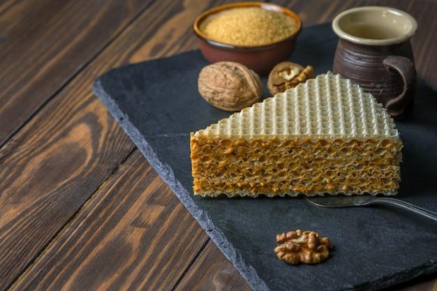 식욕을 돋우는 와플 케이크와 커피 컵. 보기를 닫습니다.