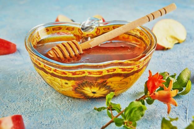 Чаша в форме яблока с медом