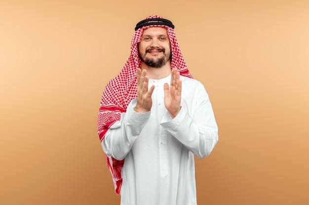 Араб, бизнесмен в национальном костюме в черных очках.