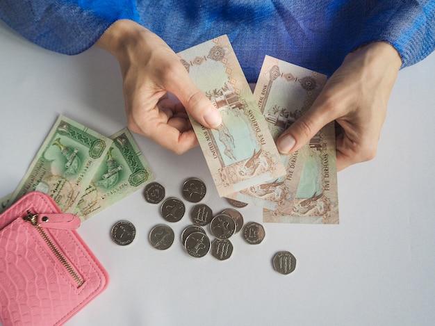 아랍 여성은 uae 디르함을 보유하고 있습니다.