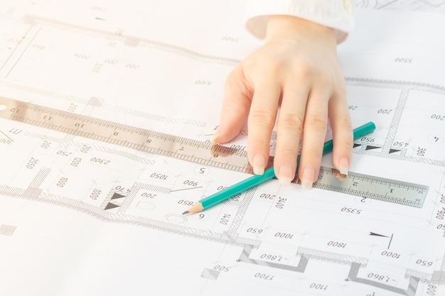 建築家と建築計画の鉛筆をクローズアップ