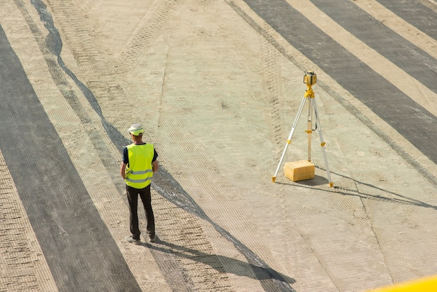 Архитектор возле уровня стоит на стройке