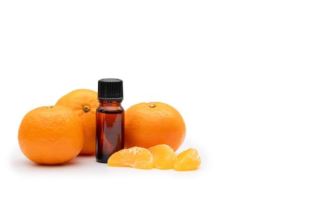 Бутылка ароматерапевтического масла в окружении апельсинов