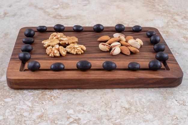 ボード上のチョコレート菓子とナッツの山の配置