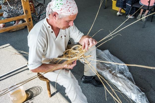장인이 버드나무 가지 바구니를 짜는 수제 제품 만들기 마스터 클래스