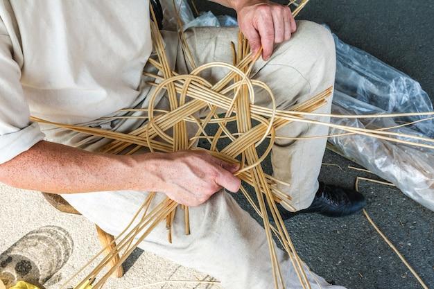 장인이 버드나무 가지 바구니를 짜는 수제 생활용품 생산
