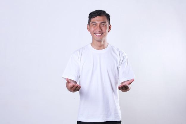 白いtシャツを着て、笑顔で手を見せているアジアの成人男性