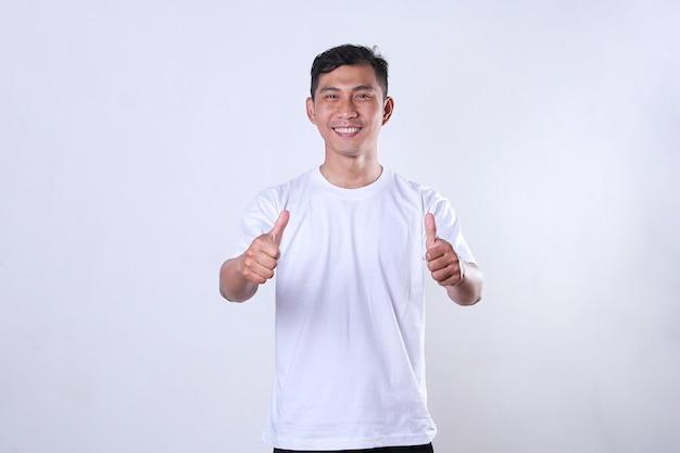 白いtシャツを着て、笑顔で親指を見せてアジアの成人男性