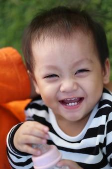Азиатский мальчик смеется счастливо.