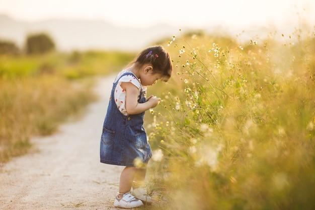 Азиатская девушка (китаянка) играет в дикой природе