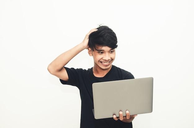 캐주얼한 검은색 티셔츠를 입은 아시아 남성이 아이디어를 찾는 표정으로 노트북을 들고 있다