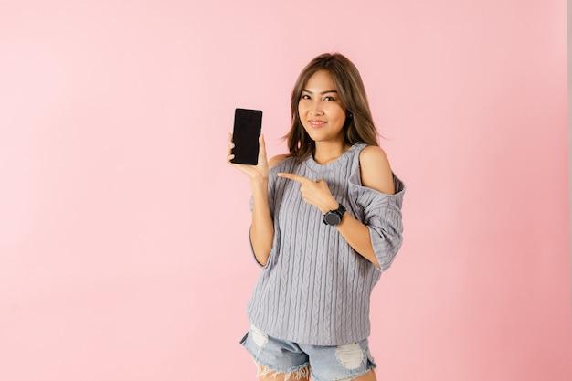 Азиатская удивленная женщина, держащая смартфон