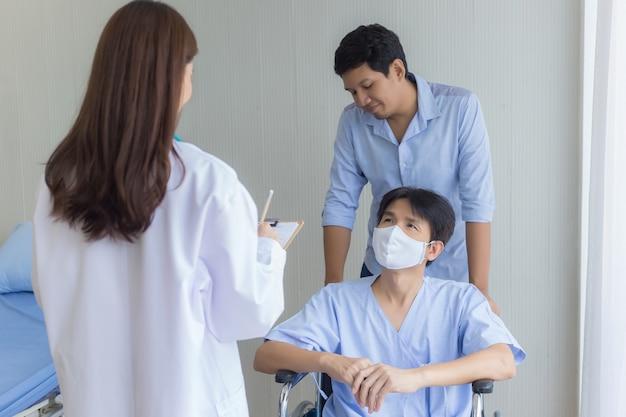 아시아 여성 의사가 병원에서 그의 증상에 대해 남성 환자와 확인하고 이야기하고 있다
