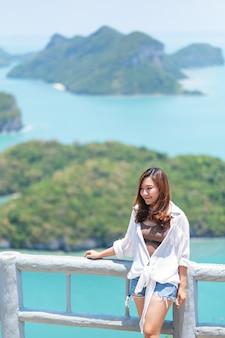 Mu koh angthong、samui island、surat thani、タイの美しい景色を望むアジアの女性