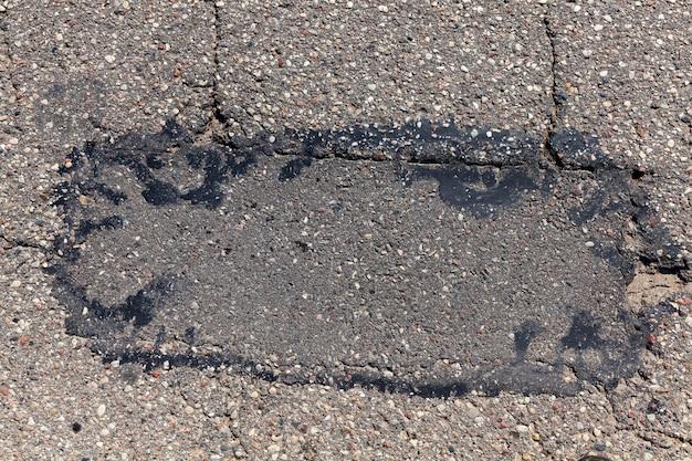穴やダメージが多いアスファルト道路