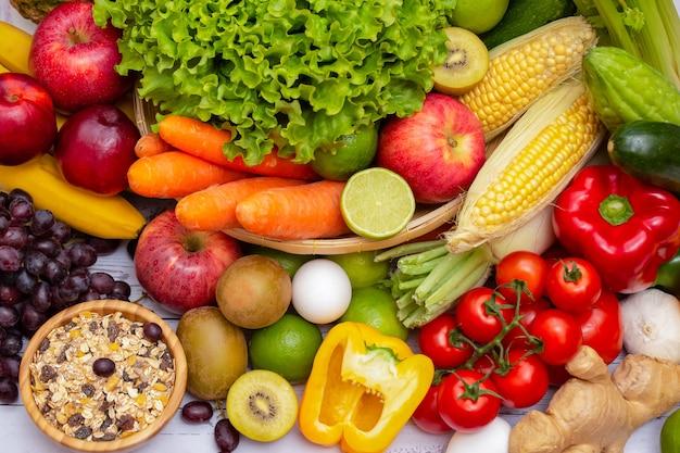 Ассортимент свежих овощей и фруктов на столе