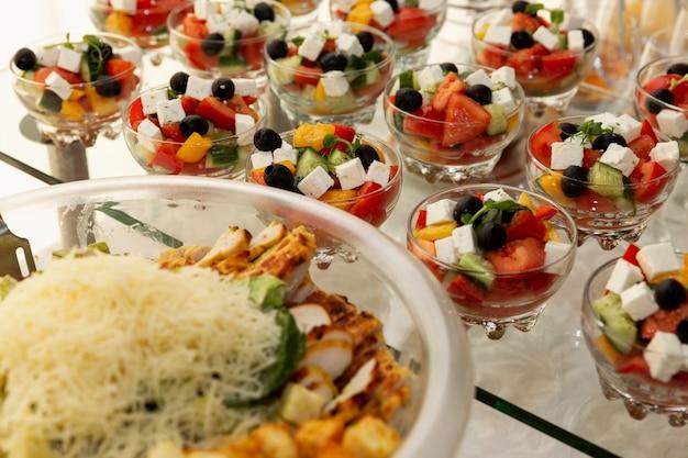 ビュッフェテーブルのサラダの品揃え。ビジネスミーティング、イベント、お祝いのケータリング。