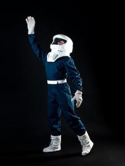 무중력 상태의 우주 비행사가 손을 내밀고 있다