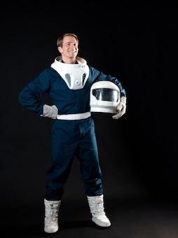 우주 비행사 또는 우주 관광객 우주복을 입은 청년