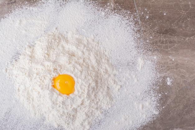 小麦粉に卵黄をのせて生地を作る