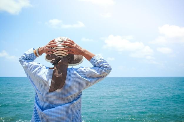 引退後も毎日海を眺めながら幸せを楽しむアジアの老婆。