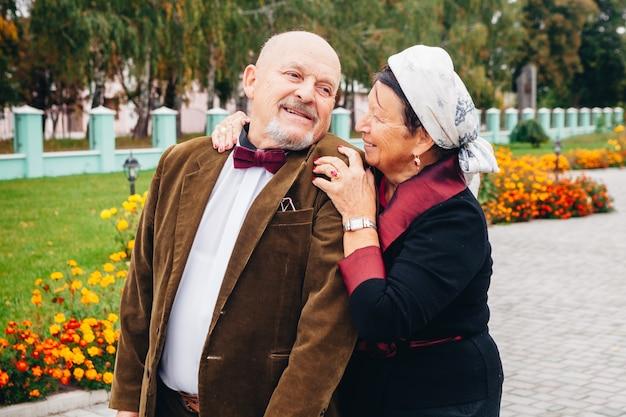 Пожилая влюбленная пара, прожившая вместе всю жизнь