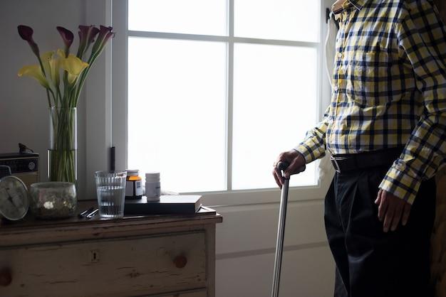 은퇴자 집에서 노인 인도 남자
