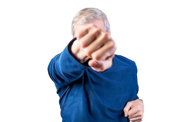 노인은 주먹 싸움을 보여줍니다. 흰색 배경에 고립. 어떤 목적을 위해.