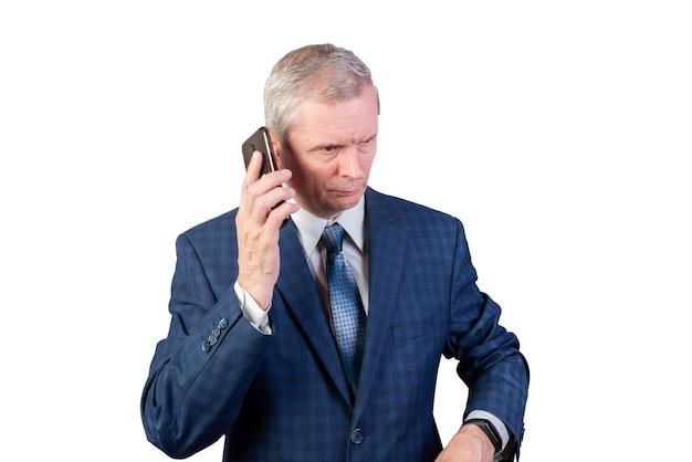 Пожилой мужчина в костюме разговаривает по телефону. отдельный на белом фоне. для любых целей.
