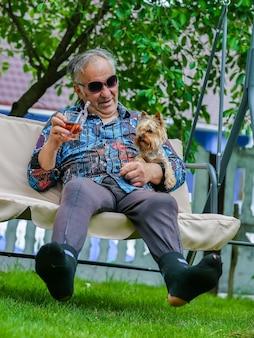 찢어진 양말을 입은 노인이 인생을 즐긴다
