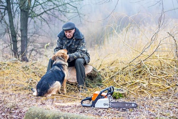自然の老人が犬とコミュニケーション Premium写真