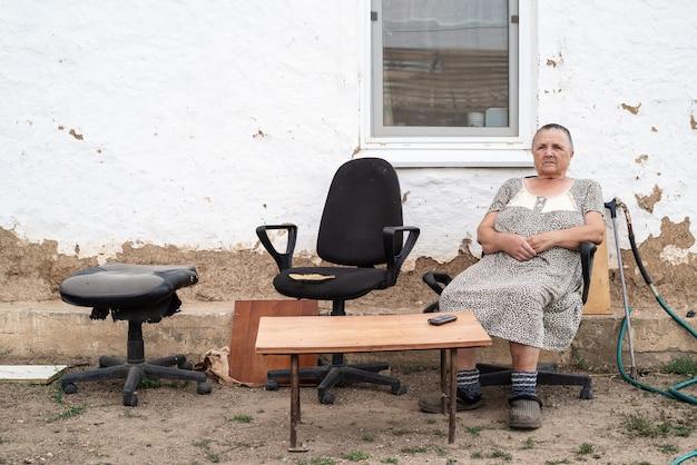시골집 마당에 있는 할머니. 러시아 시골에서 찍은 사진