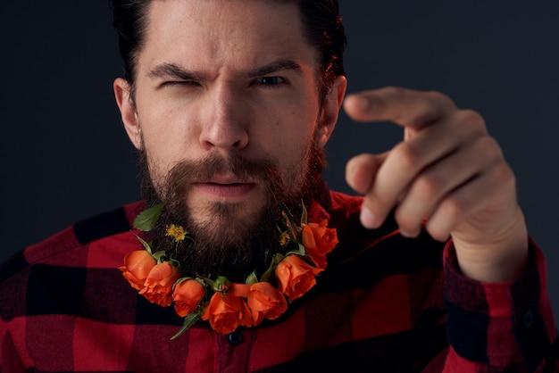 Элегантный мужчина в клетчатой рубашке цветет на темном фоне крупным планом бороды. фото высокого качества