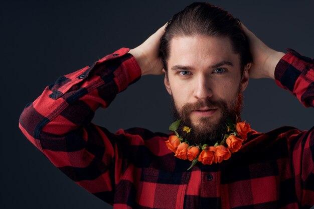 Элегантный мужчина в клетчатой рубашке цветы на темном фоне крупным планом бороды.
