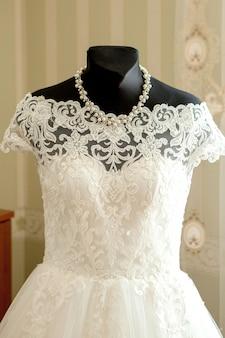아름다운 라이트 룸에서 마네킹에 우아한 웨딩 드레스