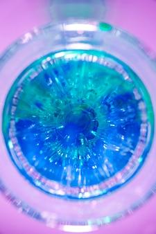 분홍색 배경에 파란색 음료 유리의 높은보기
