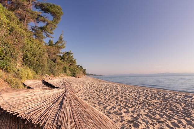 Covid-19 제한으로 인해 폐쇄된 그리스의 텅 빈 버려진 해변