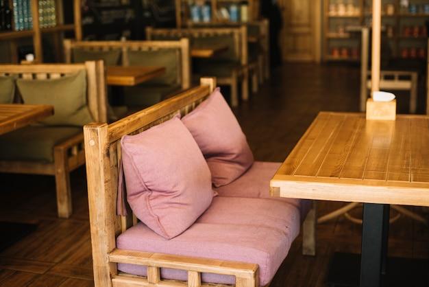 Пустая скамейка в ресторане