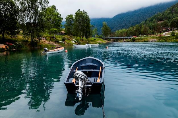 青い穏やかな湖に空のボート Premium写真
